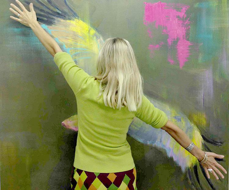 artiste anne vignal devant une de ses oeuvres avec arts affaires