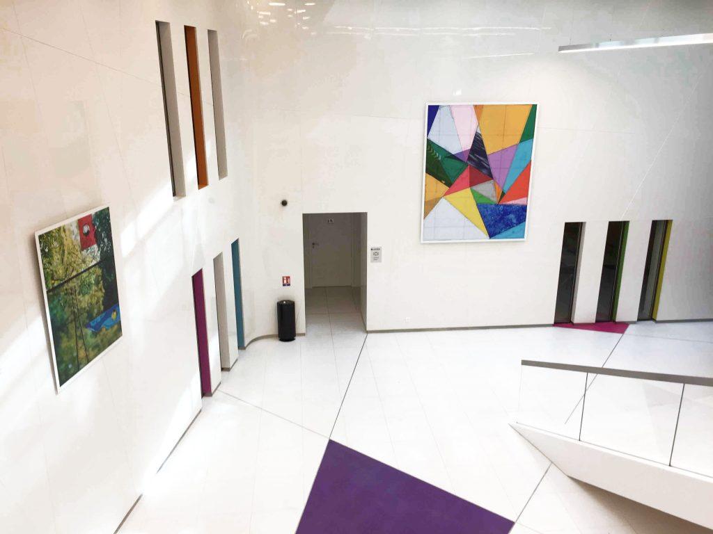 mise en scène artistique et tableaux dans hall d'entreprise installé par arts affaires