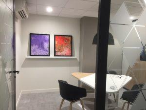 Tableaux d'art contemporain dans une salle de réunion par Art Affaires